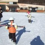 スキーレッスン 板運び中