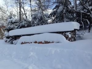 雪に埋もれた薪棚