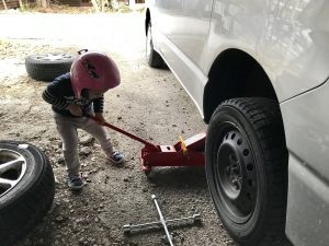 タイヤ交換 3才手伝い