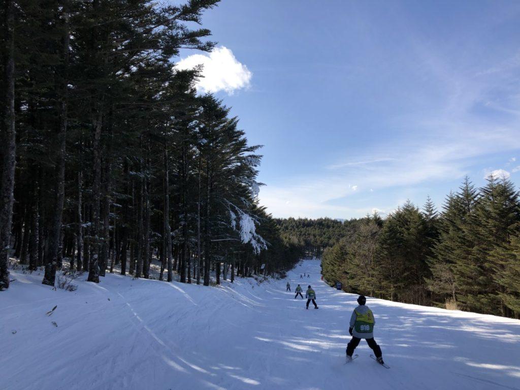 ブランシュたかやま スキー教室 スキー初めて男子班 山頂へ
